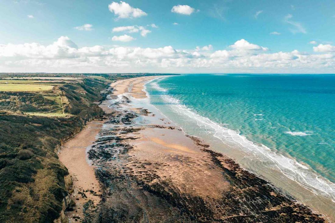 Les falaises du Bessin, un paysage spectaculaire du Calvados © Les Droners