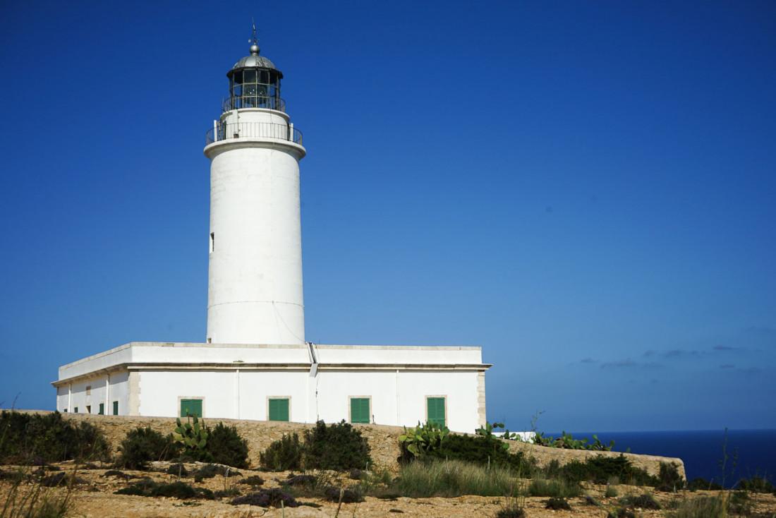 Surplombant les falaises, Le Phare de la Mola domine la côte est de Formentera © MB   YONDER.fr