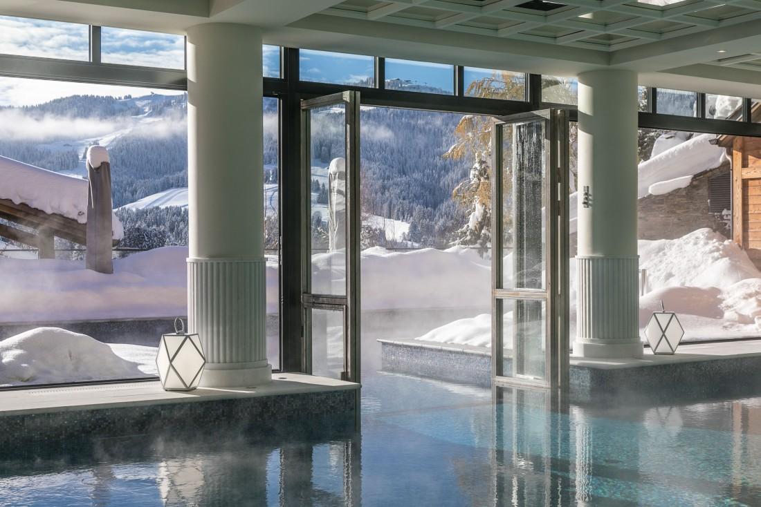 La piscine intérieure-extérieure du Four Seasons Hotel Megève © Four Seasons Hotels & Resorts