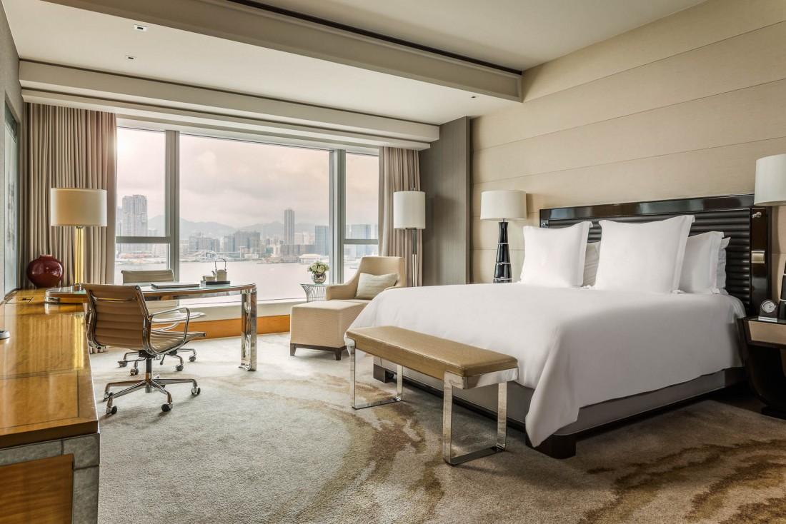 Four Seasons Hong Kong – Chambre Deluxe avec vue sur la baie © Four Seaasons