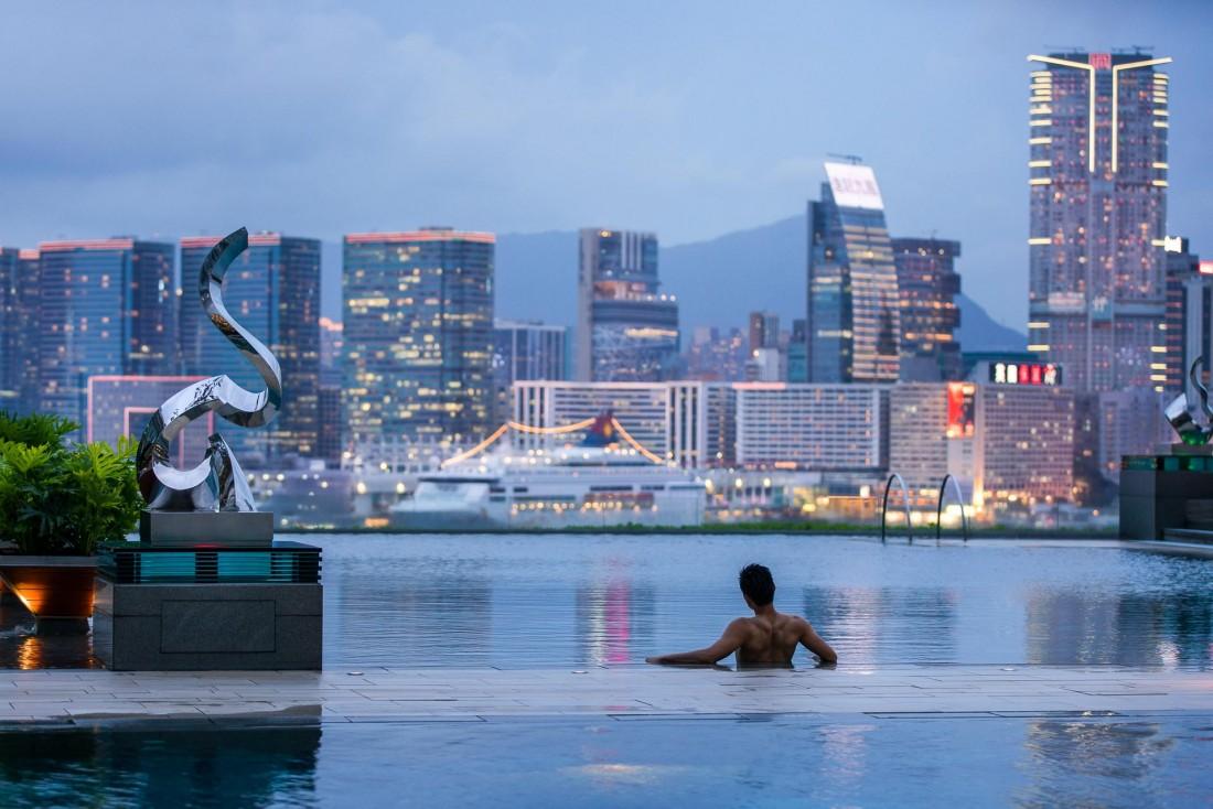 La piscine avec vue sur le port Victoria du Four Seasons Hong Kong © Four Seasons