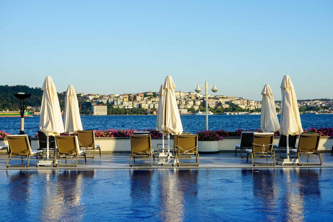 Un petit air de resort au bord de la piscine, elle aussi le long du Bosphore © MB YONDER.fr