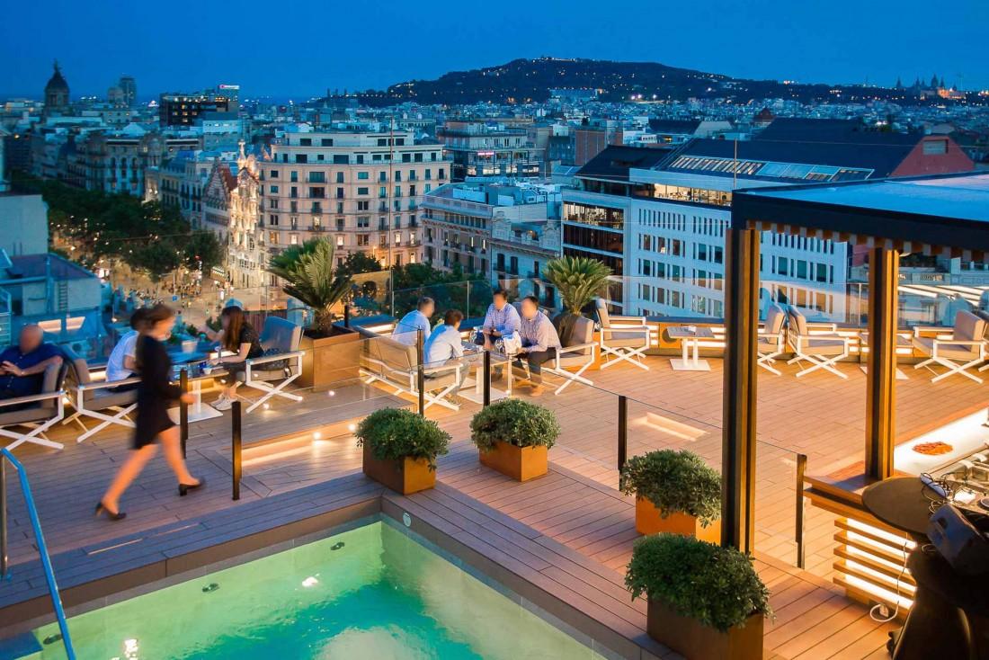 Vue de nuit de La Dolce Vitae, le toit-terrasse du Majestic Hotel & Spa Barcelona © DR