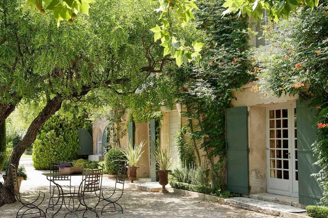 La Guigou, joli petit mas provençal au milieu des oliviers du domaine de Baumanière aux Baux-de-Provence © L. Parrault