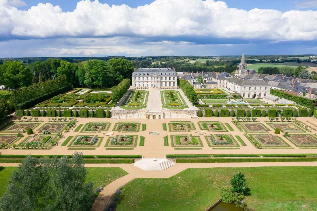 Vue aérienne de l'Hôtel Château du Grand-Lucé et de ses vastes jardins © Adam Lynk