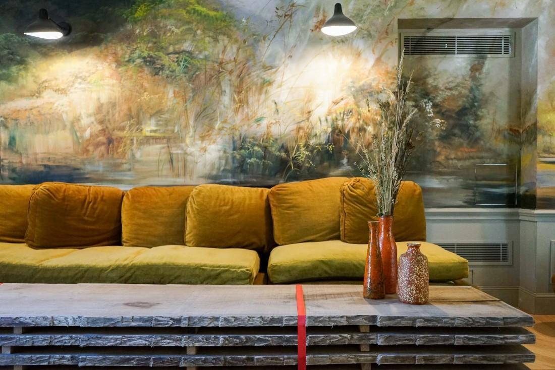 Des fresques habillent l'entrée du Spa des Sources © MB   YONDER.fr