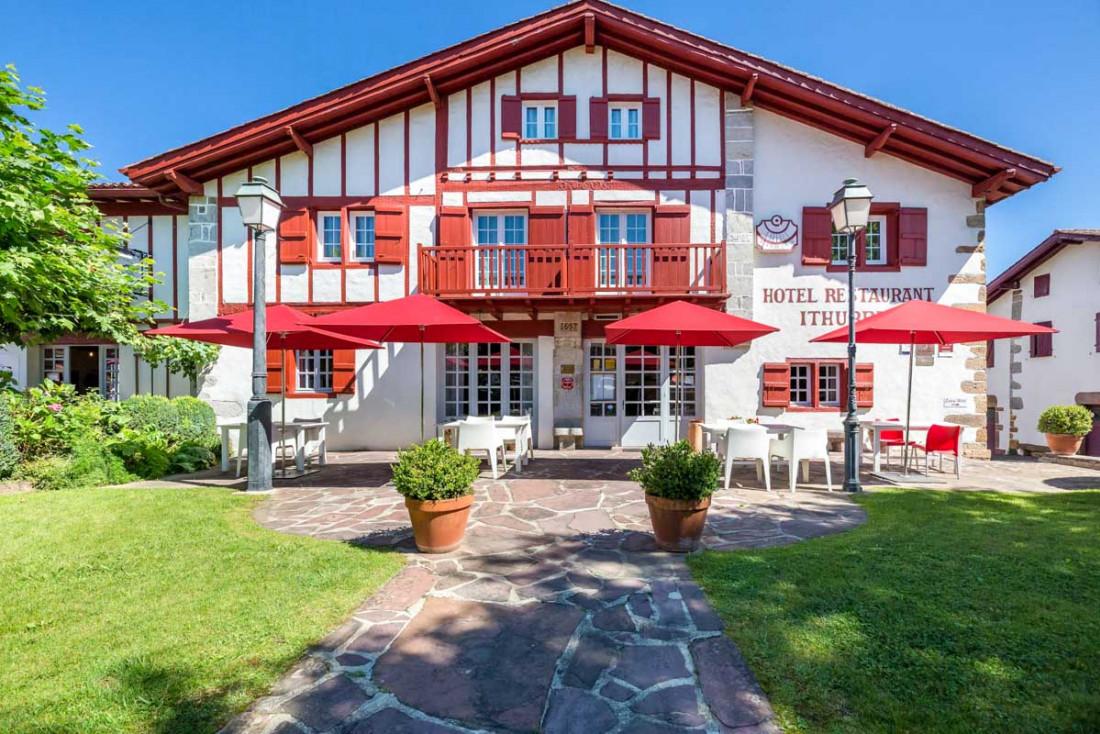 Dans le village d'Ainhoa, à 28 km de Biarritz, on retrouve l'Hôtel Ithurria, repaire gastronomique au Pays Basque © les Collectionneurs