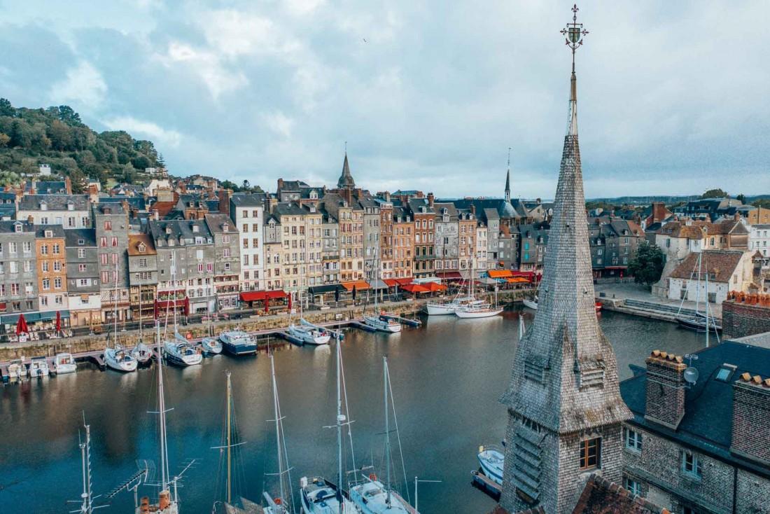 Le Vieux Bassin d'Honfleur est un incontournable du Calvados : ses maisons colorées sont connues dans le monde entier © Les Droners
