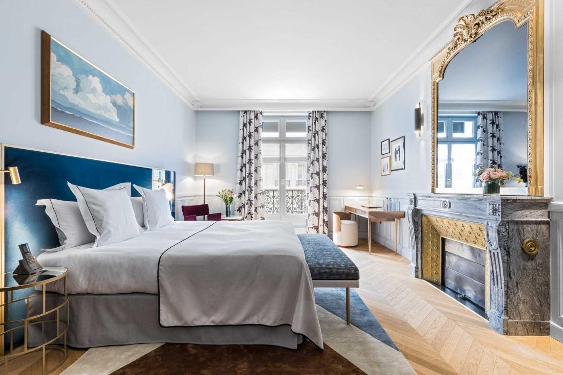 Chambre Blue Deluxe Executive au Grand Powers, un hôtel à deux pas de l'Avenue Montaigne © DR
