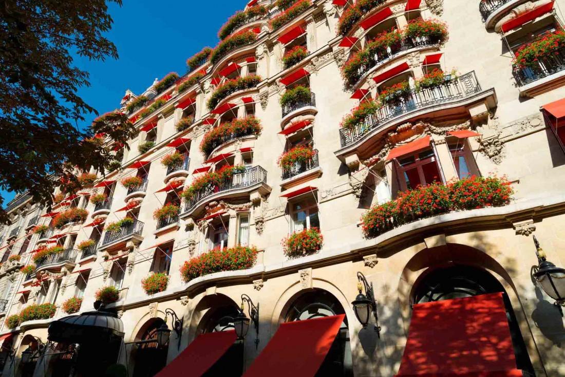 La célèbre façade du Plaza Athénée avec ses stores et ses géraniums rouges sur l'Avenue Montaigne © Bi Premium - Masahiko Takeda