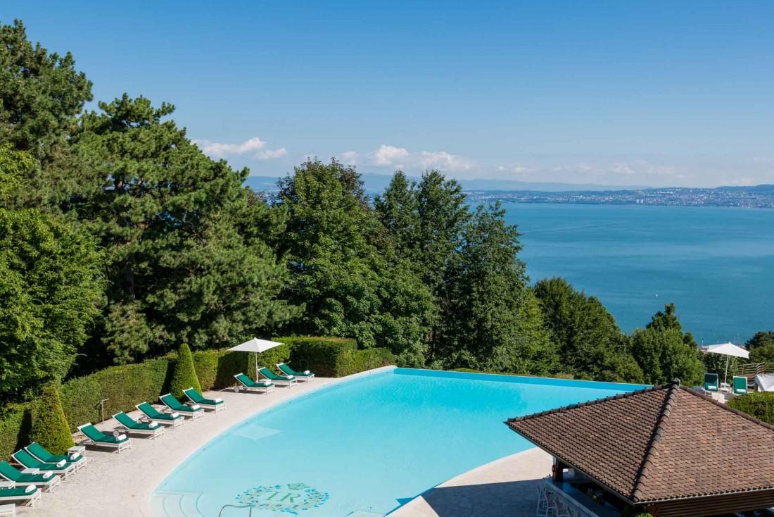 La piscine extérieure de l'Hôtel Royal Evian domine le Lac Léman © Evian Resort