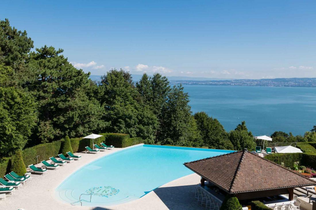 L'Hôtel Royal Evian domine le Lac Léman de sa piscine à débordement © Royal Evian