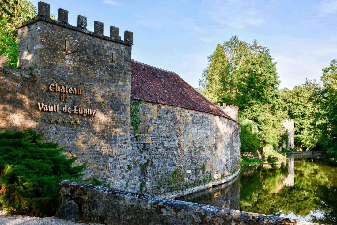 Retour au Moyen-Âge en passant les douves du Château de Vault de Lugny © YONDER.fr