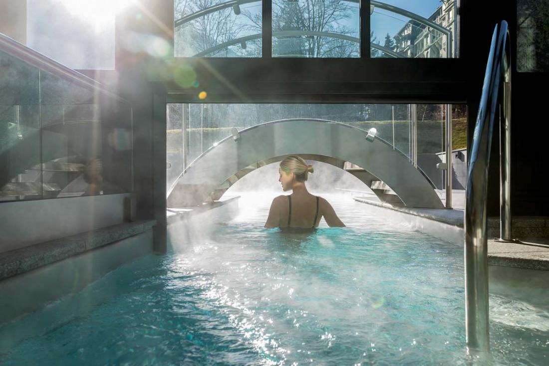 Hôtel Mont-Blanc Chamonix | Piscine intérieure-extérieure © Wanderlust Lab