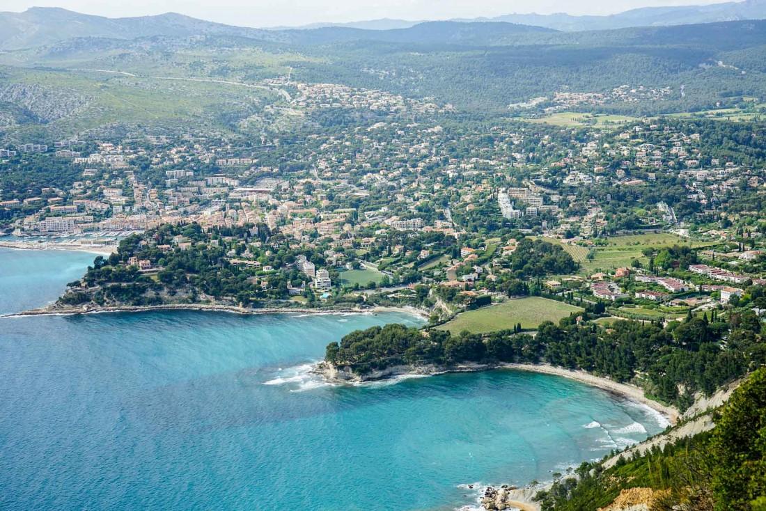 Vue de la baie de Cassis depuis les hauteurs du Cap Canaille, le long de la route des Crêtes © YONDER.fr