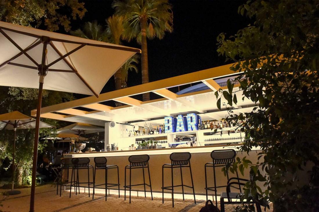 Le bar du Jardin du Martinez © Samuel Saadoun