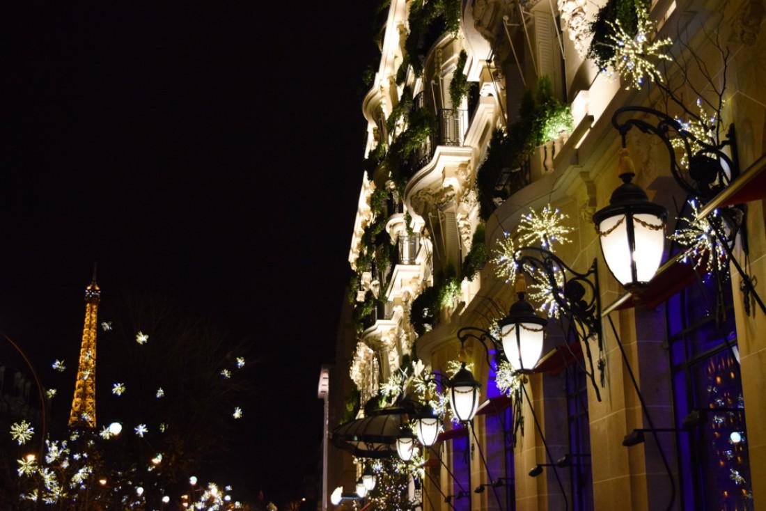 La façade du palace sur l'avenue Montaigne, une fois la nuit tombée © Yonder.fr