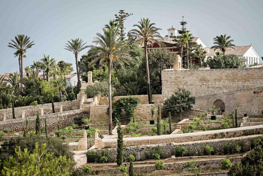 La propriété historique se distingue par ses luxuriants jardins en restanques, uniques à Minorque © Yann Deret