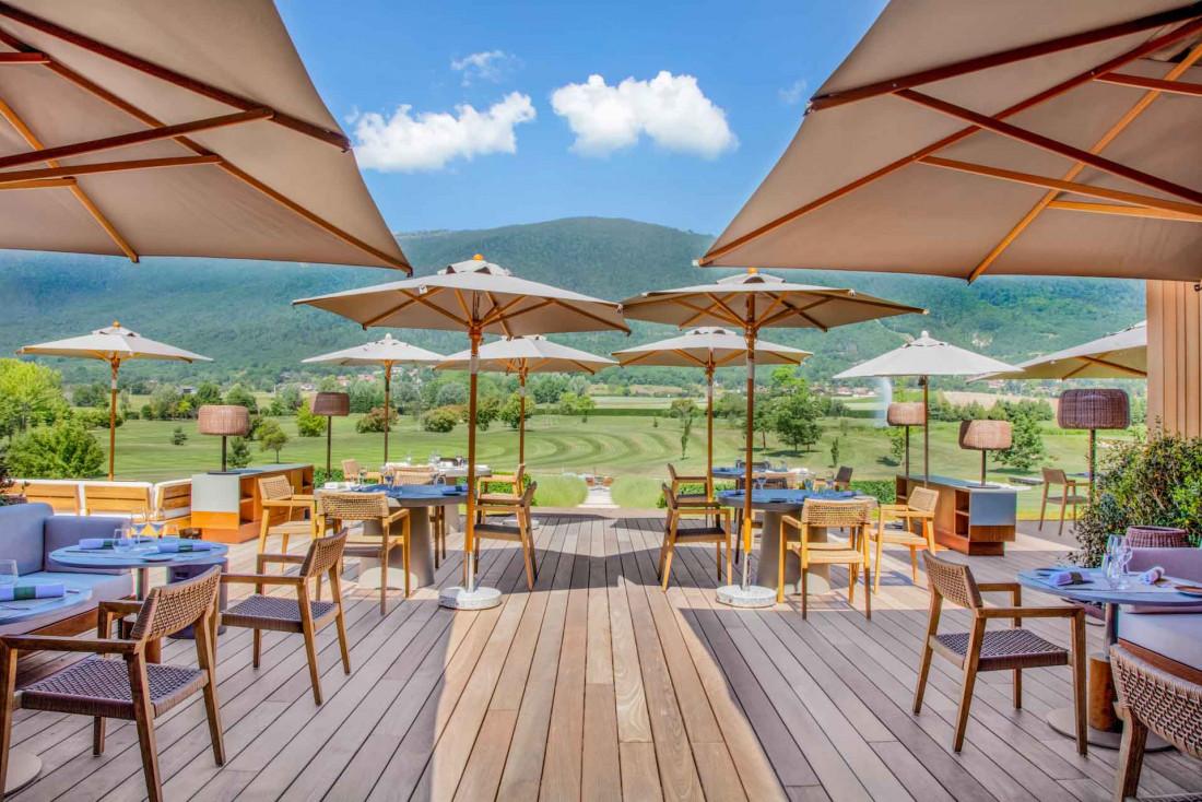 L'une des nombreuses terrasses du Jiva Hill Resort, avec vue sur les montagnes jurassiennes © Lenaka