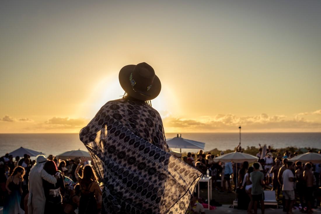 On danse face au coucher de soleil à la Villa Party © Julien Drogoul
