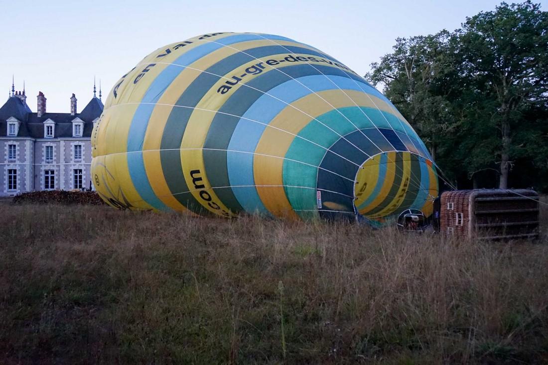 La montgolfière se gonfle au petit matin, devant le Château du Breuil © MB   YONDER.fr