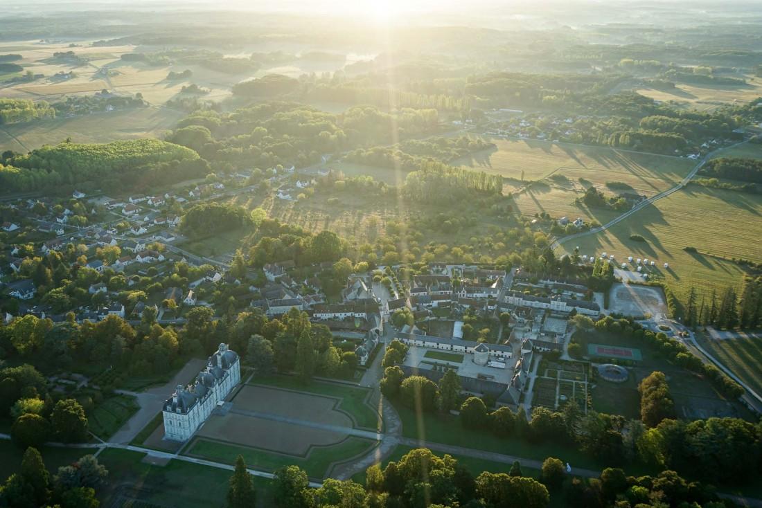 Vue sur le Château de Cheverny (au premier plan) depuis la montgolfière © MB | YONDER.fr