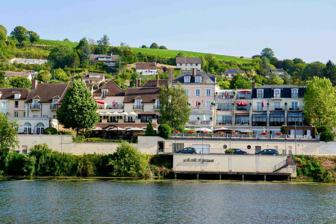 Le cadre apaisant de la Côte Saint-Jacques au bord de l'Yonne avec les vignes en arrière plan © EL | YONDER.fr