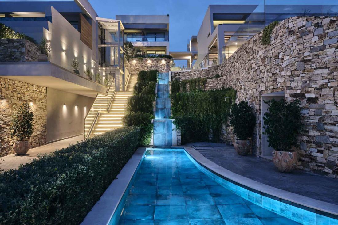Le Lesante Blu Beach Resort est auréolé de jardins où courent ici des volées d'escaliers, là de petits canaux jouant en cascade © DR