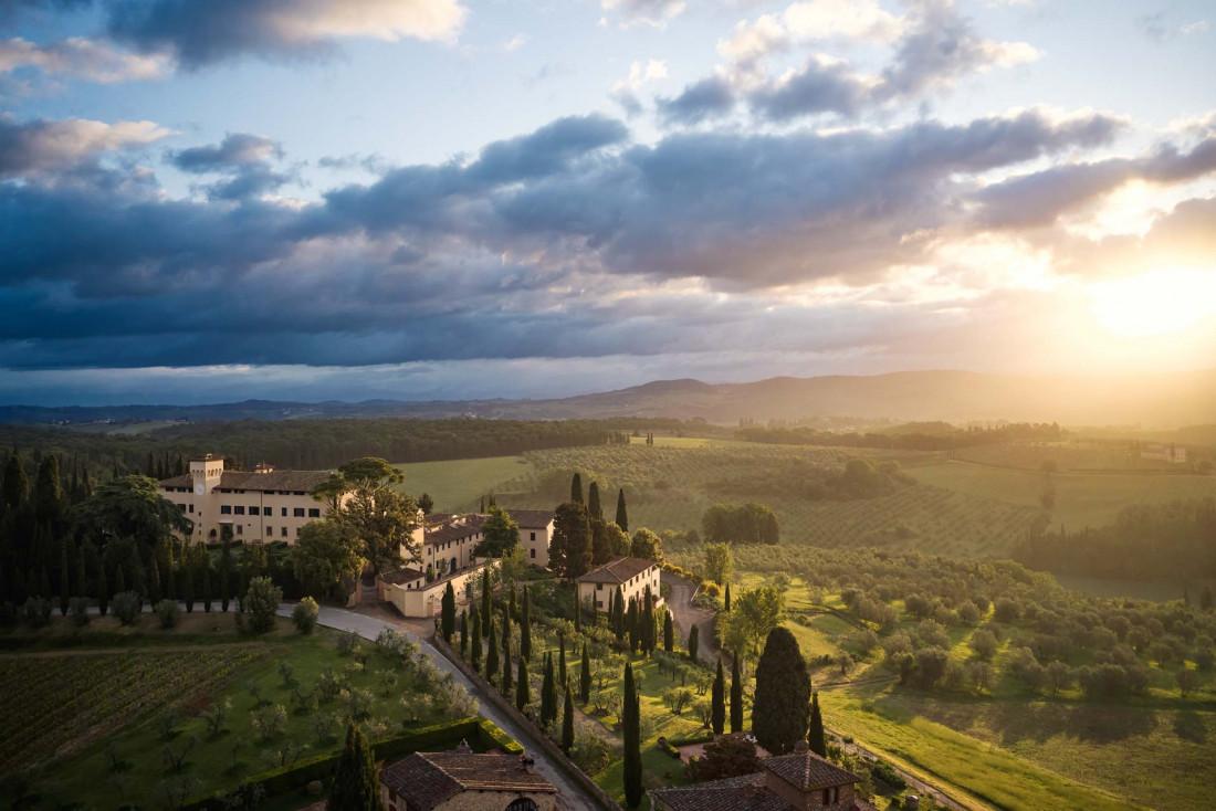 COMO Castello Del Nero - Le château au milieu de son domaine © COMO Hotels & Resorts