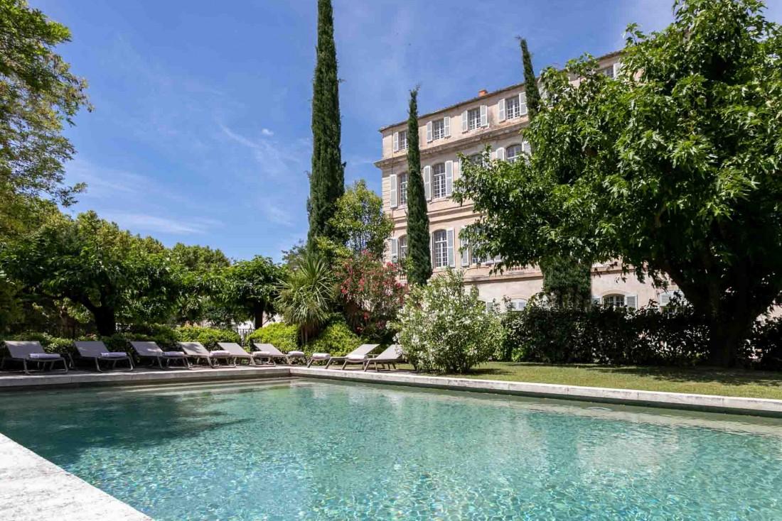 Le Château de Mazan au pied du Mont Ventoux depuis sa piscine © DR