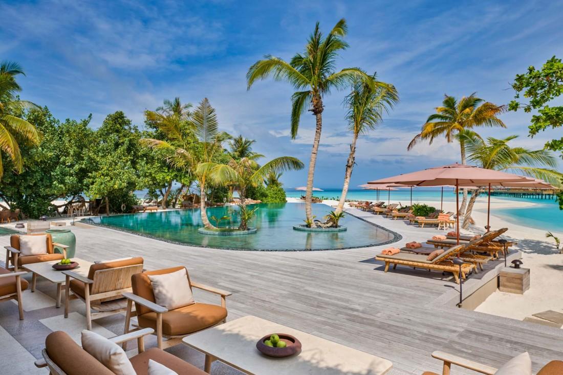 JOALI Maldives : le bar Mura au bord de la piscine, avec l'océan Indien en toile de fond. © DR