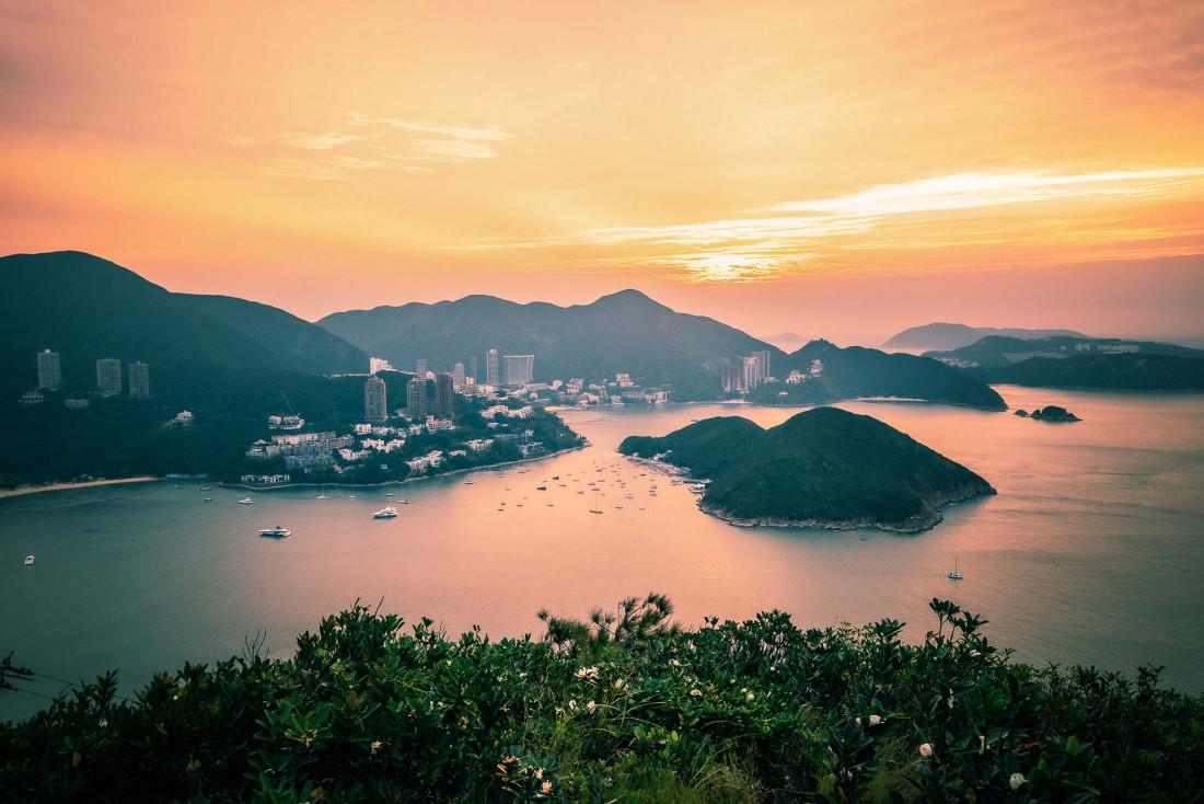 Lever de soleil sur Deep Water Bay et Middle Island, sur la côte sud de Hong Kong © Kingrobert – stock.adobe.com