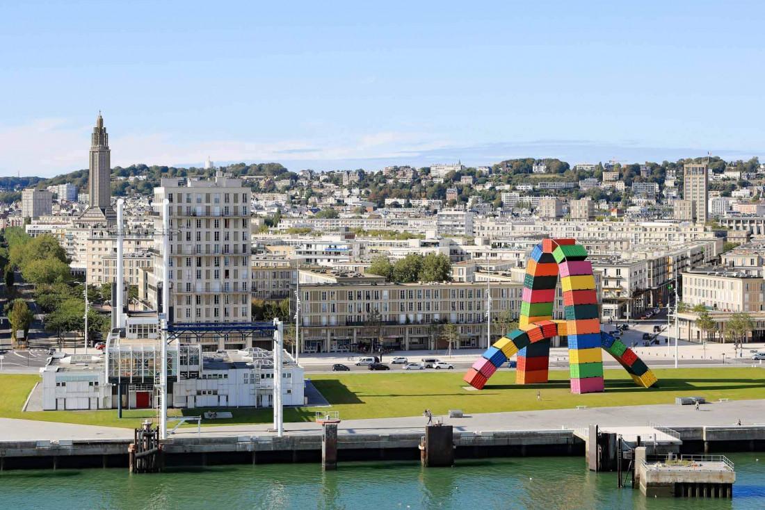 Panorama du Havre avec l'œuvre 'Catène de containers' par l'artiste Vincent Ganivet au premier plan © Martin Falbisoner