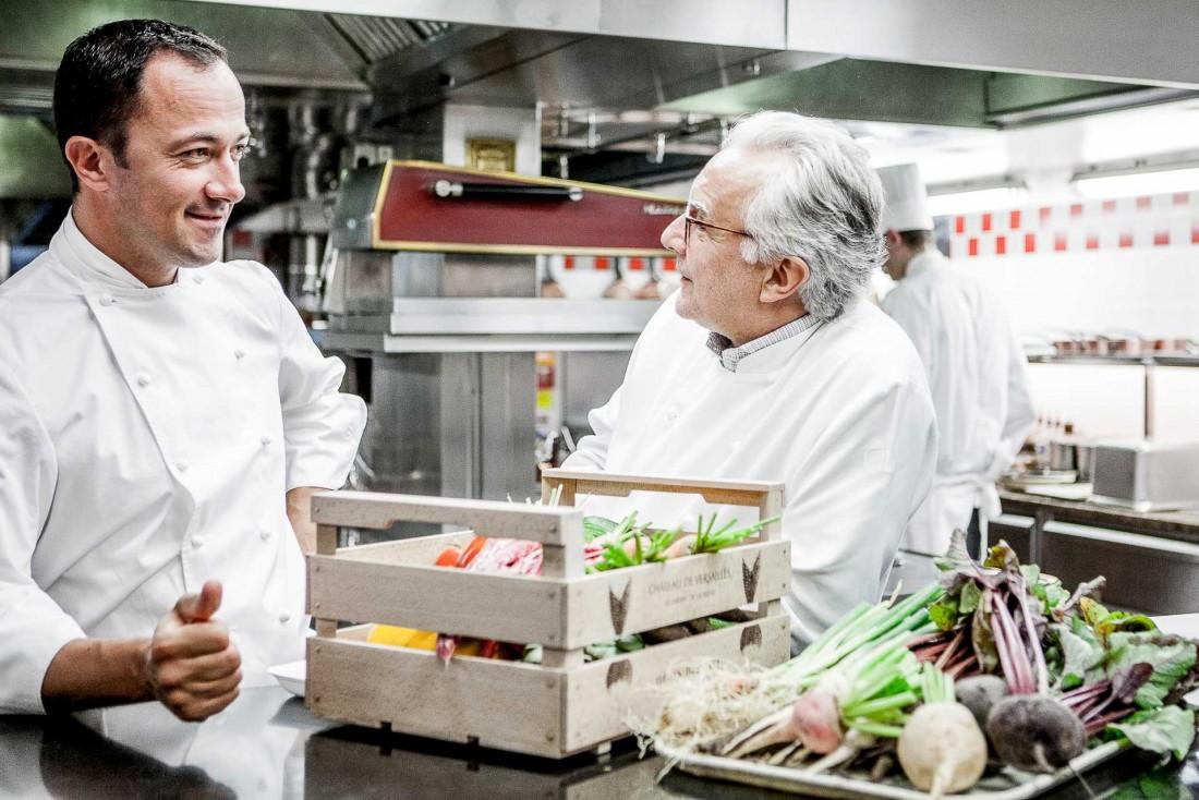Alain Ducasse et le chef Romain Meder dans les cuisines du restaurant triplement étoilé du Plaza Athénée © Pierre Monetta