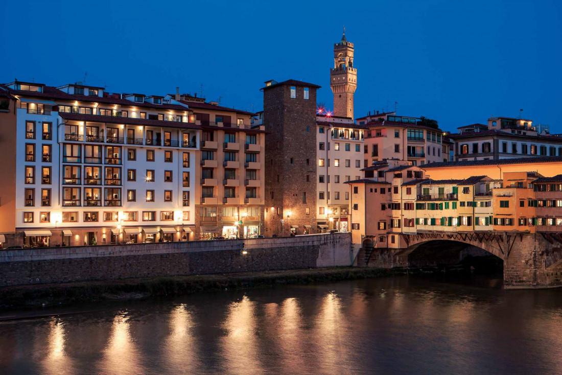 À gauche de la photo, le Portrait Firenze une fois la nuit tombée © DR