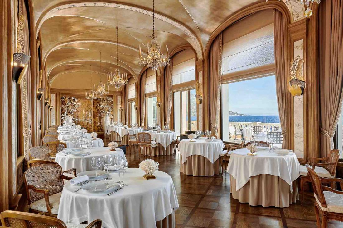 La majestueuse galerie du Restaurant des Rois à La Réserve de Beaulieu, près de Nice © DR