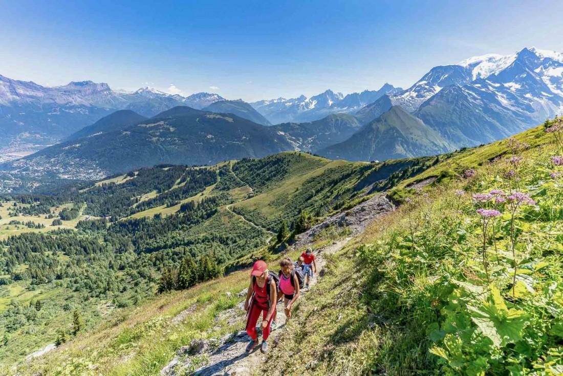 Quelle meilleure activité que la randonnée pour admirer les montagnes entourant Saint-Gervais Mont-Blanc © Boris Molinier