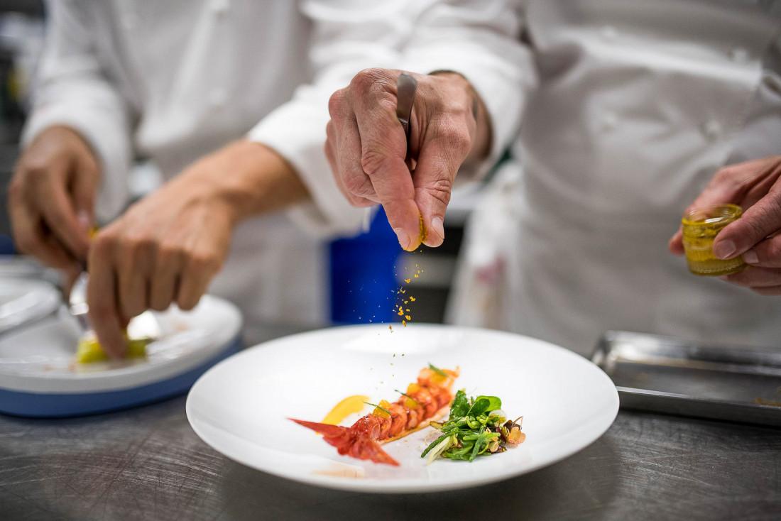 Dans les cuisines 3-étoiles Michelin du Restaurant Christophe Bacquié © DR