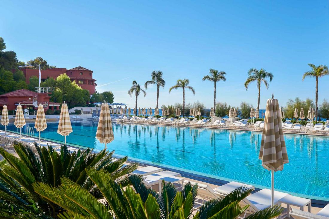 Aux portes de Monaco côté Roquebrune-Cap-Martin, le Monte-Carlo Beach impose sa piscine de dimension olympique © SBM Monaco