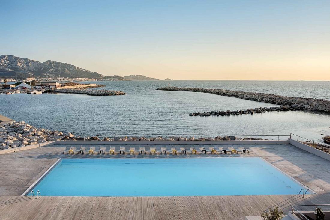La piscine avec vue de l'hôtel nhow Marseille (ex Palm Beach) © DR