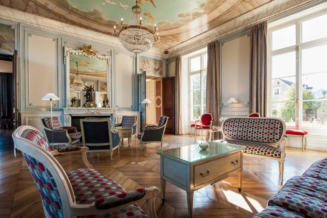 Le Château Sainte-Sabine compte 22 chambres aux tons pastels et au décor joliment suranné © Lionel Dupouy