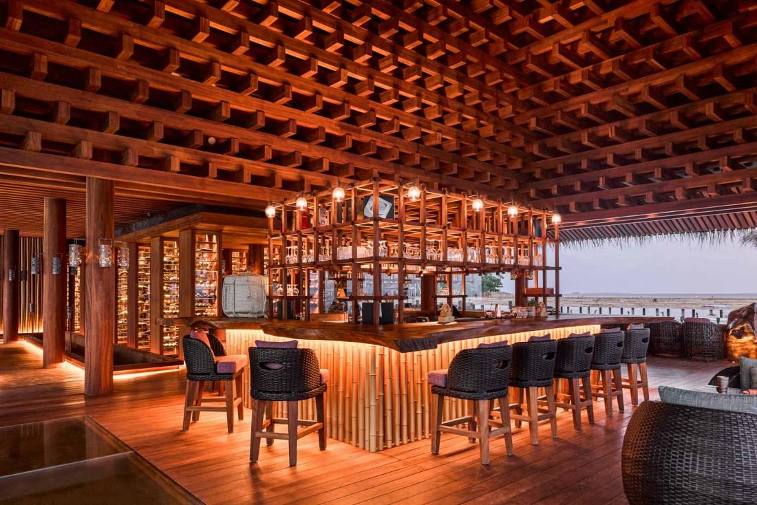 JOALI Maldives : le restaurant japonais Saoke flotte sur pilotis au dessus de la mer. © DR