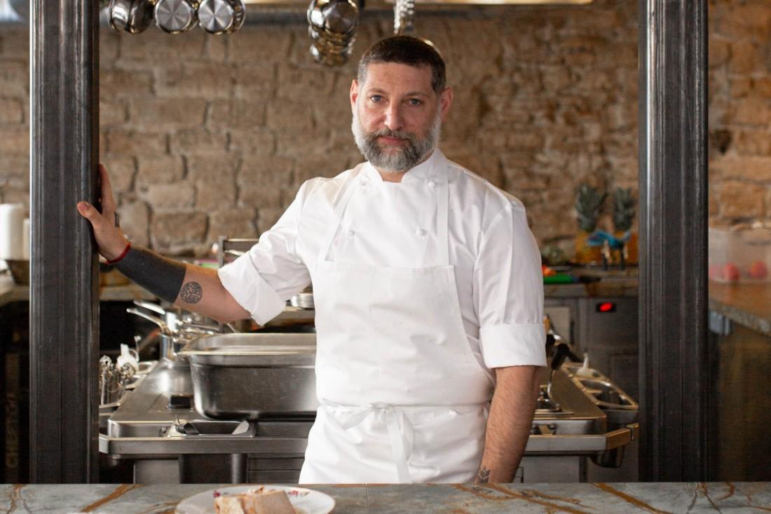 Le chef Assaf Granit dans son restaurant Shabour à Paris. © The Social Food