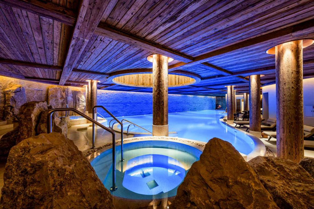 La grande piscine intérieure du spa Six Senses, le seul de la marque en Suisse © The Alpina Gstaad