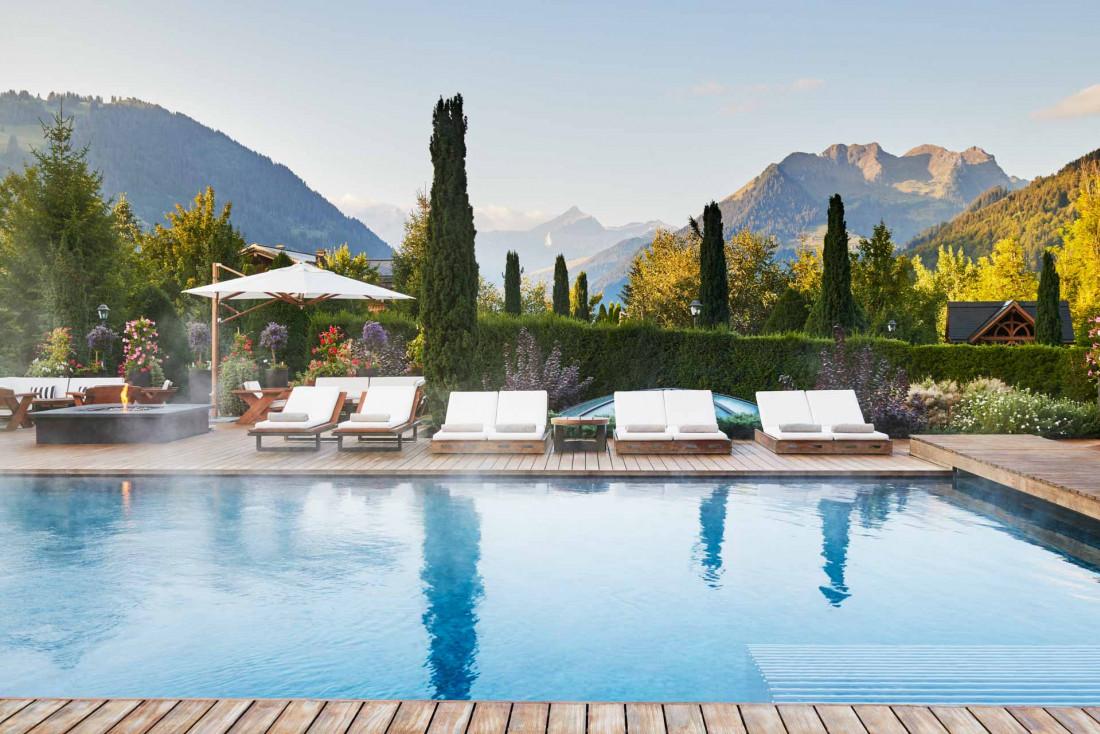 La piscine extérieure de l'Alpina © The Alpina Gstaad