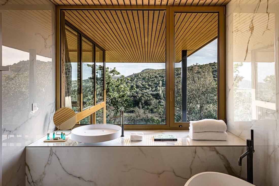Souki Lodges & Spa | Salle de bain avec vue © MR. TRIPPER