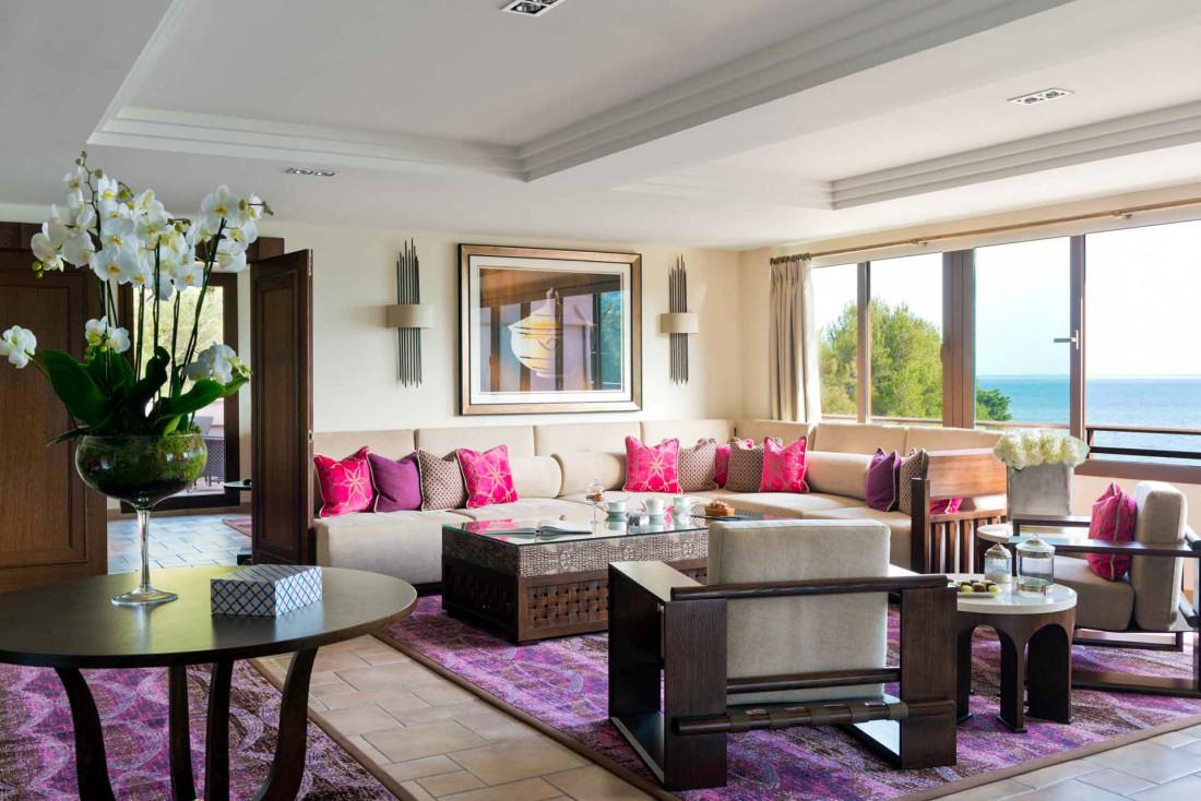 Couleurs pourpres ou beiges et meubles en bois sombre habillent le lounge de la Suite Miramar © DR
