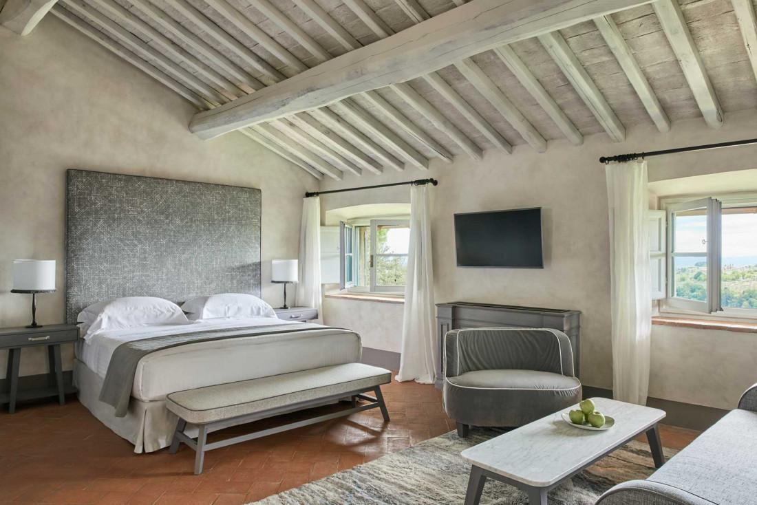 COMO Castello Del Nero | 'Tavernelle Room' donnant sur les jardins à l'italienne du château © COMO Hotels & Resorts