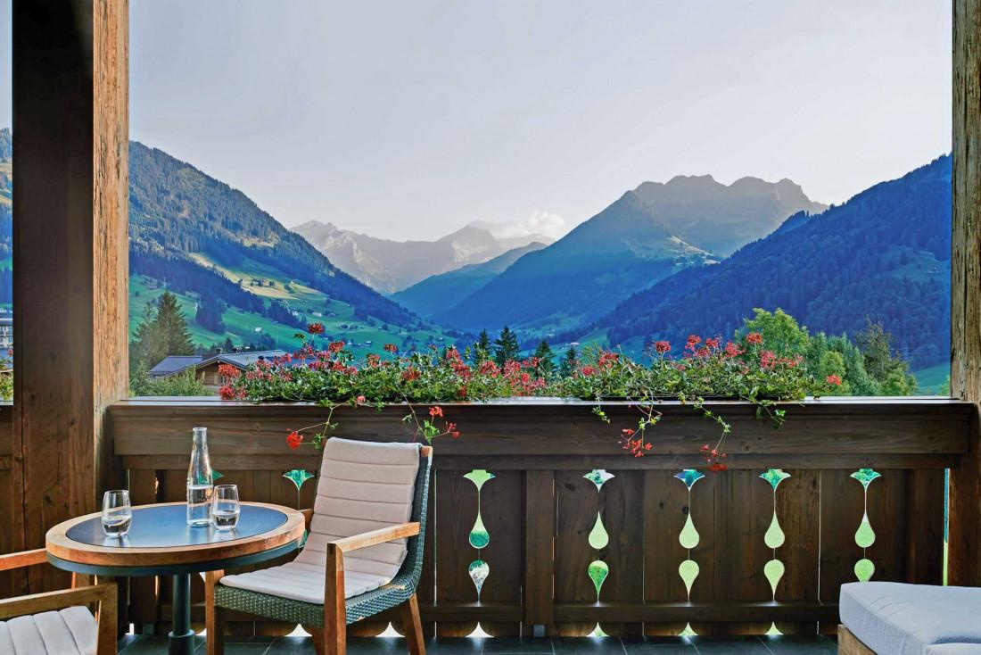 Les terrasses et balcons des chambres de l'Alpina Gstaad offrent des vues panoramiques sur les Alpes © The Alpina Gstaad