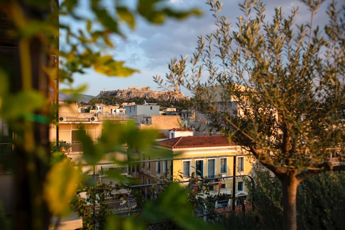 Vue sur Athènes et l'Acropole au loin depuis le Roof Garden de The Foundry © DR
